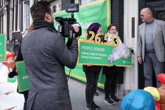 Trotz Sturms: Hühner-Protest gegen Subway