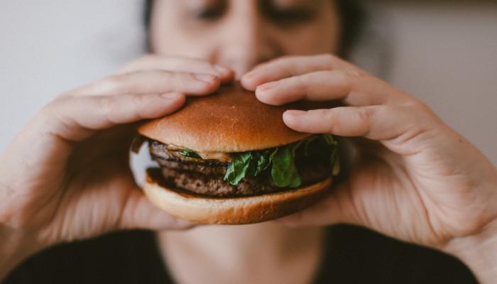 Mensch isst Burger