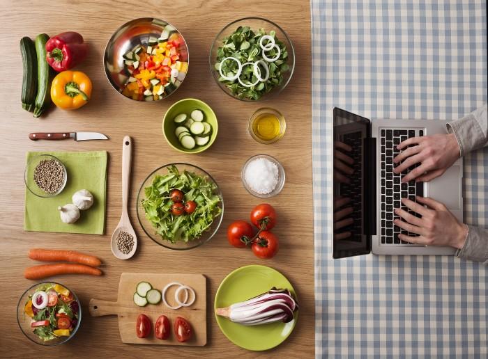 DGE-Position zu veganer Ernährung am Laptop lesen