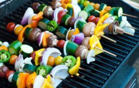 Gemüsespieße auf einem Grillrost