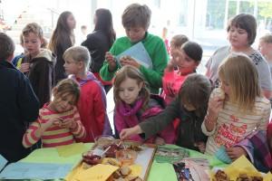 Schüler essen vegane Brotaufstriche