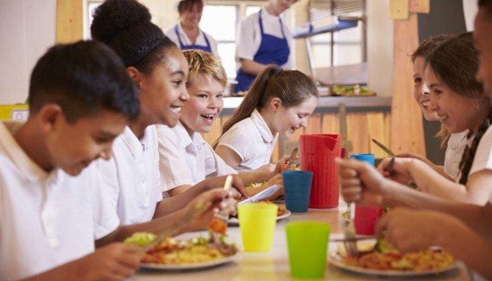 Krundschulkinder in der Cafeteria