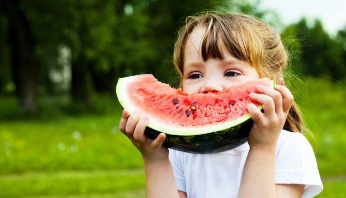 Vegane Kinderernährung - Mädchen mit Wassermelone