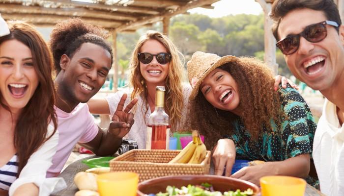 Junge Menschen beim Essen