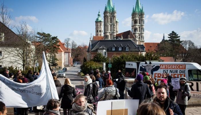 Vor dem Oberlandesgericht in Naumburg bekunden TierschützerInnen ihre Solidarität mit den Angeklagten.