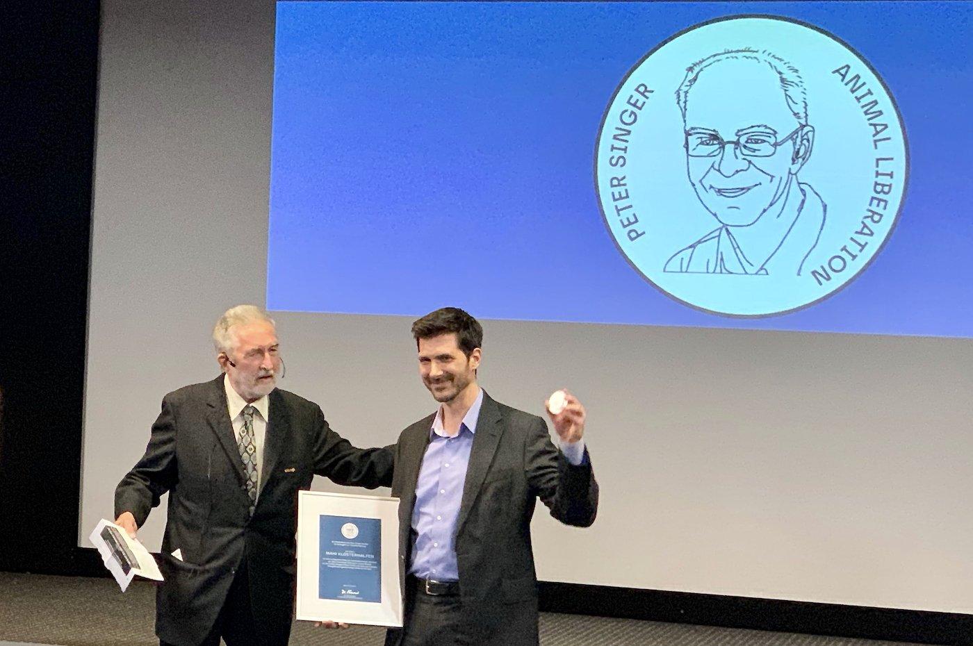 Dr. Walter Neussel überreicht Mahi Klosterhalfen den Peter-Singer-Preis 2019