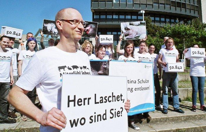 Schulze-Foecking_Unterschriftenuebergabe_700x450