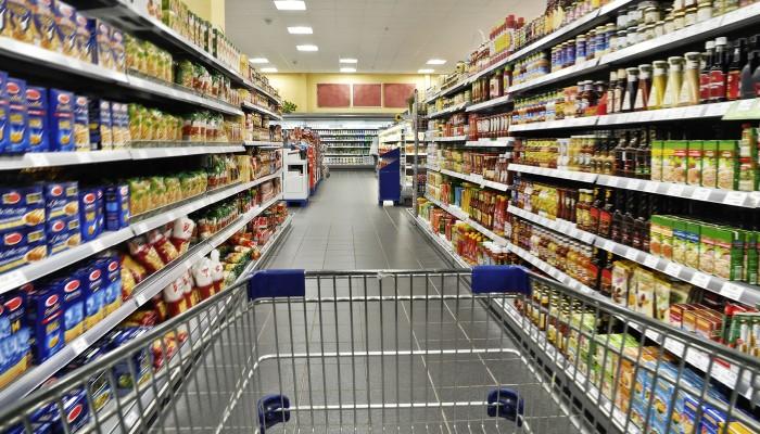 Einkaufswagen in Supermarkt