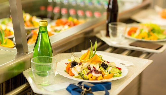 Kantinentablett mit Salatteller und Wasserflasche