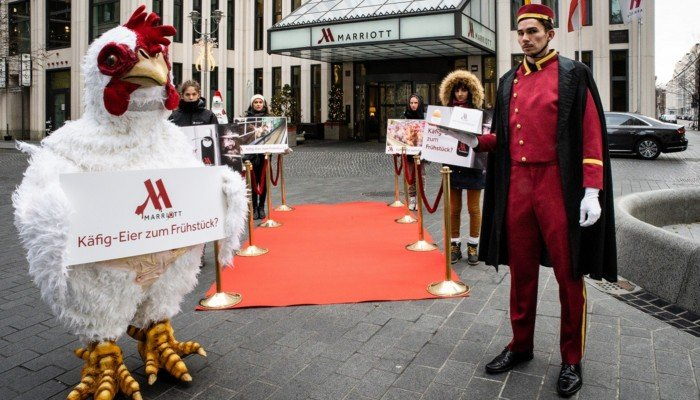 Aktive der Albert Schweitzer Stiftung für unsere Mitwelt protestieren vor dem Berlin Marriott Hotel.