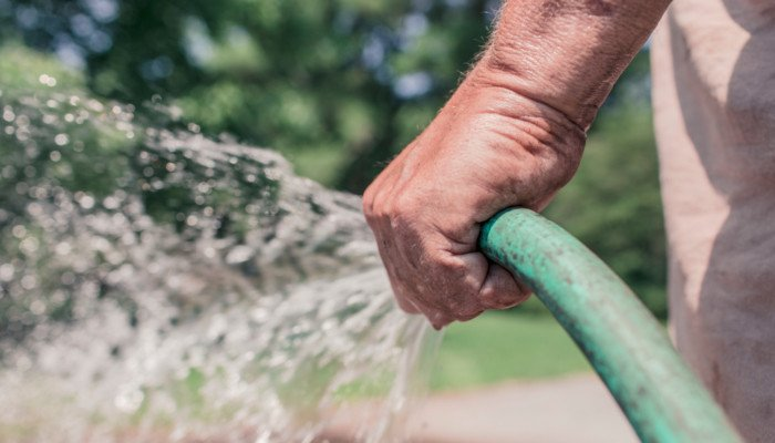 Wasserschlauch als Symbol für Wasserverbrauch