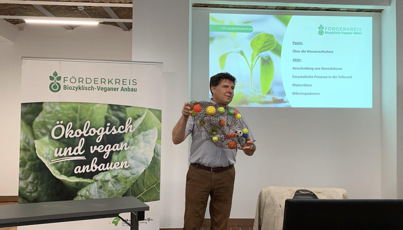 Dr. agr. Johannes Eisenbach vom Förderkreis Biozyklisch-Veganer Anbau