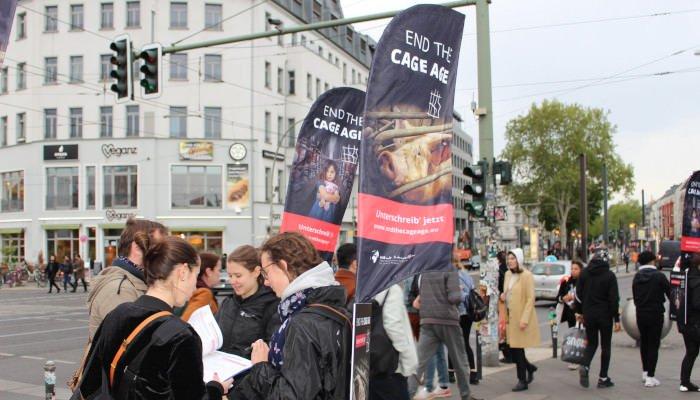Unterschriftensammeln in der Warschauer Straße in Berlin.
