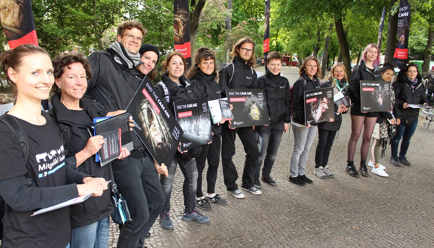 Aktive der Berliner Aktionsgruppe auf dem Boxhagener Platz.
