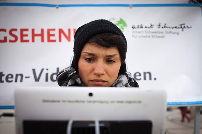 Eine junge Frau schaut in Berlin unser Video