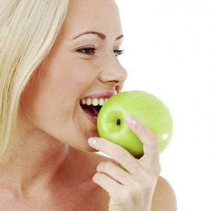 Vegetarierin mit Apfel