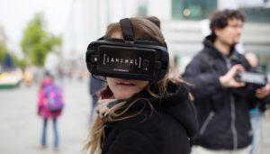 Besucherin und Aktivist auf der iAnimal-Tour