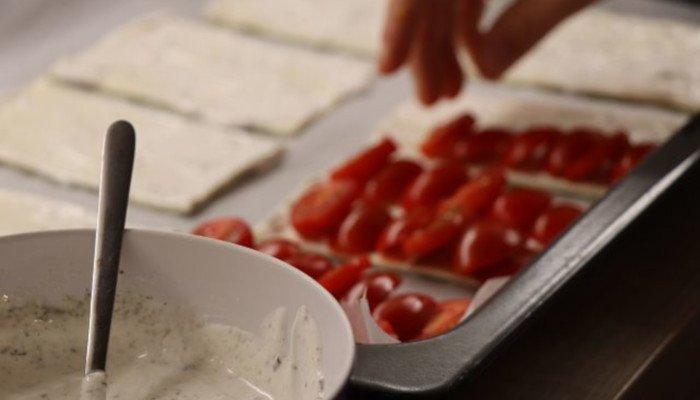 Blätterteig-Schiffchen mit Tomaten