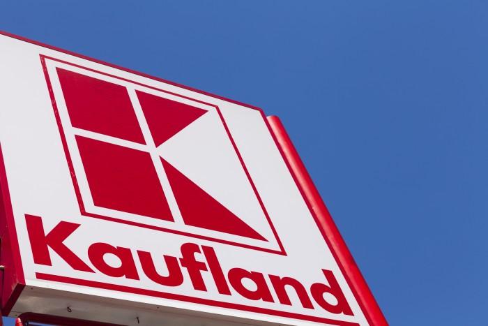 Kaufland-Logo vor blauem Himmel