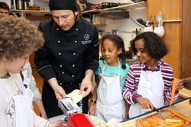 Björn Moschinski kocht mit Kindern vegan