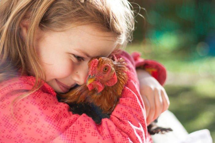 Mädchen mit Huhn