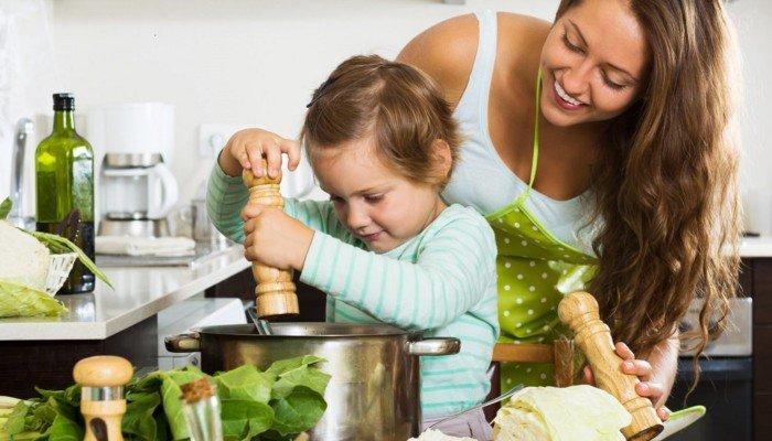 Frau und Kleinkind kochen