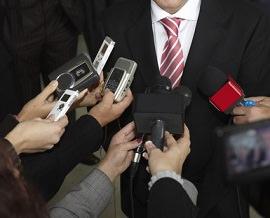 Politiker mit Mikrofonen