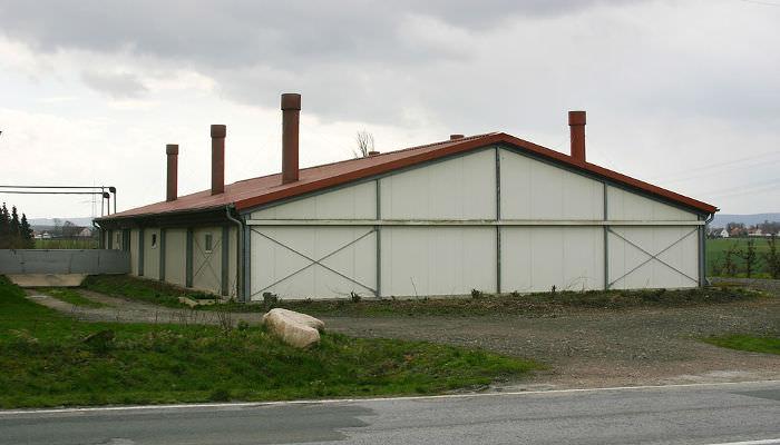 Industrieller Maststall mit Abluftkaminen von außen